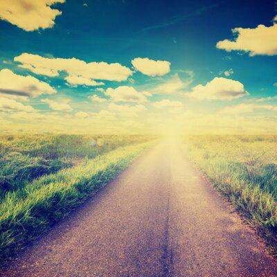Poster Foto d'epoca di campo e il paese su strada con la luce del sole