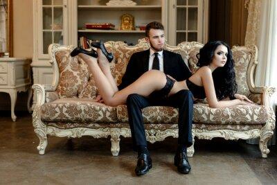 Poster Foto di moda romanticismo della coppia sexy amanti. donna con i capelli ricci neri in intimo nero e vestito da portare dell'uomo