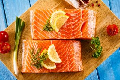 Poster Freschi filetti di salmone crudo su un tagliere
