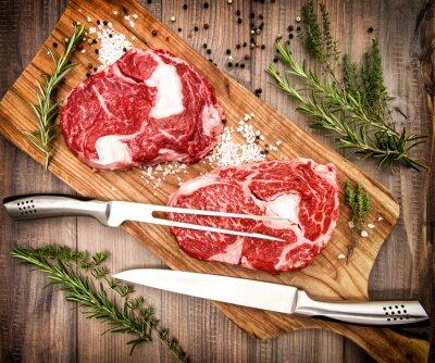 Poster Fresco crudo bistecca di carne Ribeye con erbe e spezie. Stile retrò