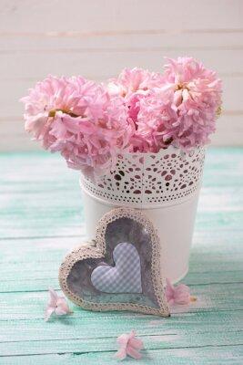 Poster Fresh giacinti fiori rosa nel secchio e cuore decorativo su