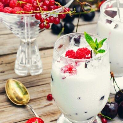Poster gelato con frutti di bosco e menta