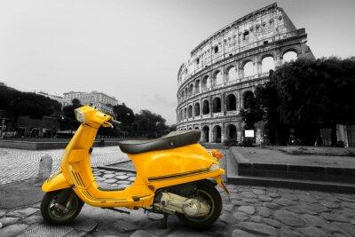 Poster Giallo scooter d'epoca sullo sfondo del Colosseo