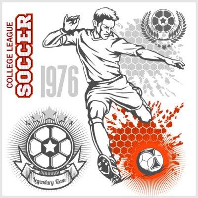 Poster giocatore di calcio calci palla e calcio emblemi.