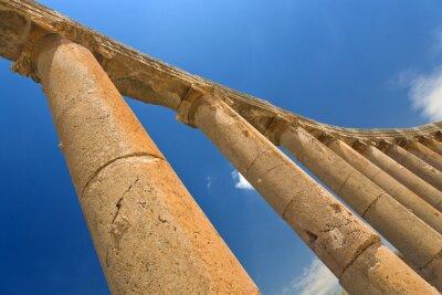Poster Giordania. Jerash (l'antica città romana di Geraza). Frammento del colonnato Forum con capitelli in ordine ionico