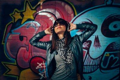 Poster Giovane donna con le cuffie godendo la musica