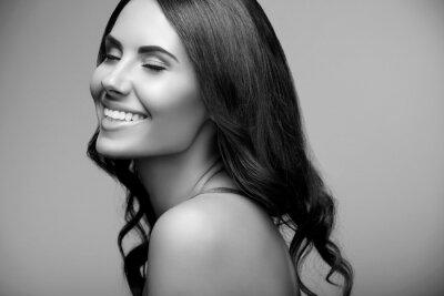 Poster giovane donna con spalle nude, in bianco e nero