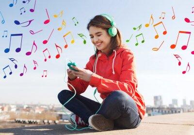 Poster giovane donna felice con lo smartphone e cuffie