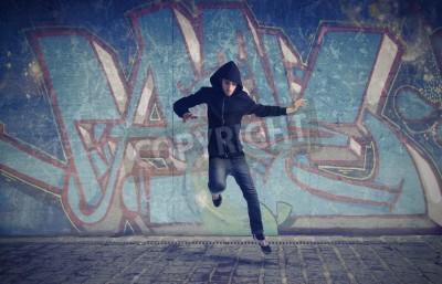Poster Giovane uomo che salta con graffiti in background