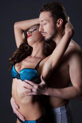 Poster Gli amanti seminude appassionati che abbraccia in studio