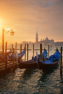 Poster Gondole di Piazza San Marco durante l'alba con San Giorgio chiesa di Maggiore in background a Venezia Italia
