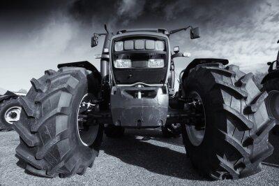 Poster grande trattore agricolo sotto un cielo tempestoso