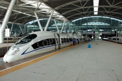 Poster GUANGZHOU, Cina - 29 settembre: Cina investe in ferrovia veloce e moderno, treni con velocità oltre 340 km / h. Treno per Wuhan il 29 Settembre 2010 attende nel costruire nuova stazione sud di Guangzh