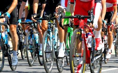 Poster i ciclisti durante una corsa su strada ciclo in Europa