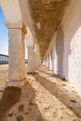 Poster I portici degli alloggi pellegrini nel Santuario barocco di Nossa Senhora do Cabo, alias Nossa Senhora da Pedra Mua di Capo Espichel. Sesimbra, Portogallo