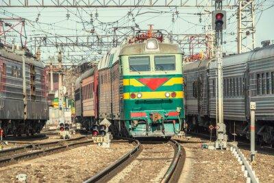 Poster I treni passeggeri si muovono sulla stazione a tempo di giorno.
