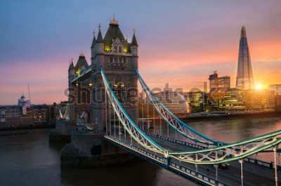 Poster Il London Tower Bridge al tramonto in una soleggiata serata estiva - sparato contro il cielo blu chiaro nel sole splendente
