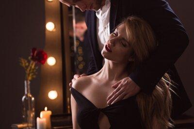 Poster L'uomo accarezza il suo amante