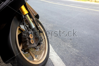 Poster La pinza della ruota anteriore e il freno della discoteca abs del motociclo rimangono su strada