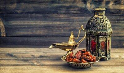 Poster lampada Ramadan e date su fondo in legno. lanterna orientale