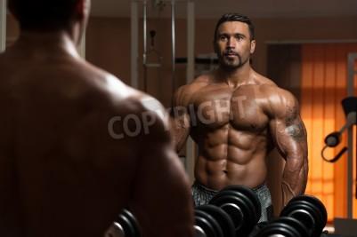Poster Latin Bodybuilder lavoro il bicipite - manubri curl di concentrazione