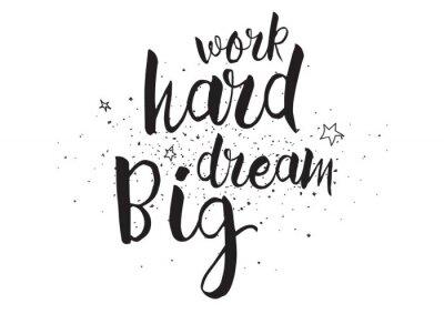 Poster Lavoro duro, sognare in grande iscrizione. Biglietto di auguri con la calligrafia. Mano disegno dissipato. Bianco e nero.