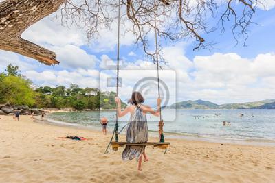 Poster Le giovani donne che godono sulla spiaggia di Paradise nel corso di una giornata di sole a Phuket, in Thailandia. Patong è uno dei famosa spiaggia situata nella costa occidentale di Phuket