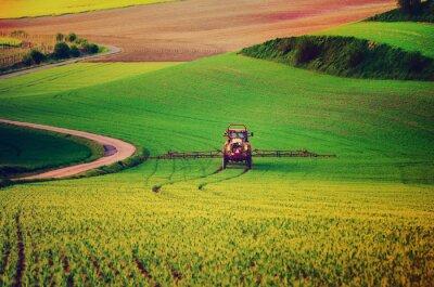 Poster le macchine agricole di spruzzare insetticidi al campo verde, agricolo naturale primavera sfondo stagionale, vintag stile retrò pantaloni a vita bassa