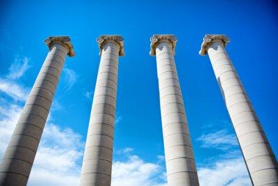 Poster Le quattro colonne sotto un cielo blu in Catalogna