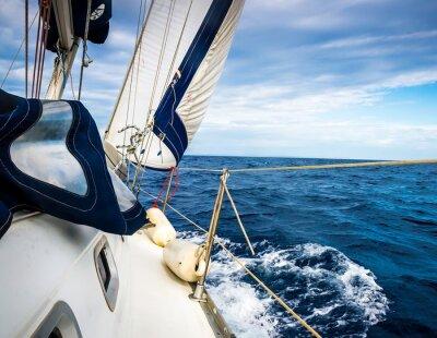 Poster Le vele bianche di yacht sullo sfondo del mare e del cielo tra le nuvole