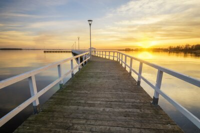 Poster legno, molo bianco sulla baia al tramonto