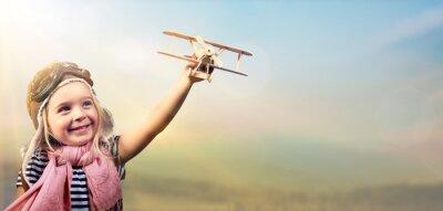 Poster Libertà di sognare - Bambino allegro che gioca con aereo contro il cielo