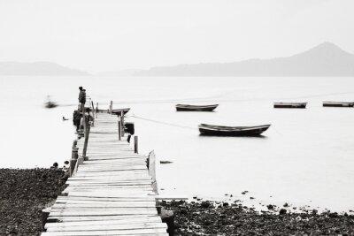 Poster Lonely molo lungo la costa, l'immagine bassa saturazione.