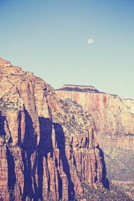 Poster luna tonica dell'annata sopra le montagne a Zion National Park, Stati Uniti d'America.