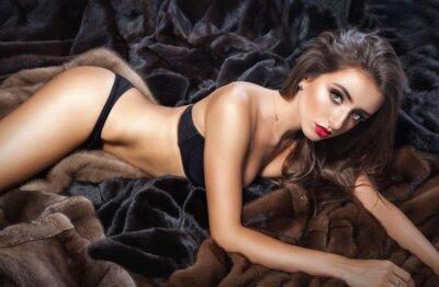 Poster Lusso bella donna in pelliccia cappotto di visone con cappuccio guardando cam