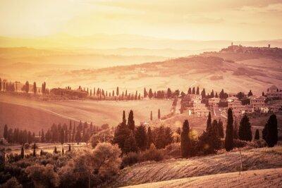 Poster Meraviglioso paesaggio Toscana con cipressi, poderi e piccoli borghi medievali, l'Italia. tramonto Vintage