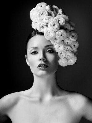 Poster moda modello con grande acconciatura e fiori nei capelli.