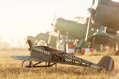 Poster modello Bambino aereo parcheggiato con aerei retrò