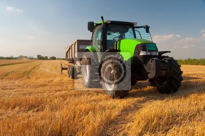 Poster Moderna trattore verde sul campo agricolo fase di raccolta in soleggiata giornata estiva