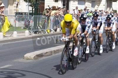 Poster MONTPELLIER, Francia - 7 luglio: Squadra Saxobank spinge in avanti nella fase 4 del Tour de France 2009 del 7 luglio 2009 a Montpellier, Francia