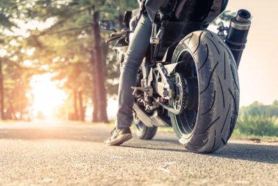 Poster motociclista e moto pronto a guidare