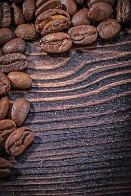Poster Mucchio di chicchi di caffè su tavola di legno d'epoca vista dall'alto