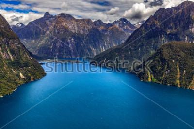 Poster Nuova Zelanda. Milford Sound (Piopiotahi) dall'alto - il capo del fiordo, Milford Sound Airport sullo sfondo
