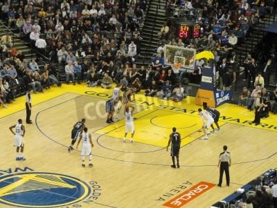 Poster OAKLAND CA - 11 marzo: Magia vs Warriors: Oro State Warriors Stephen Curry prende il tiro del tiro libero a Oracle Arena preso 11 marzo 2011 Oakland in California.