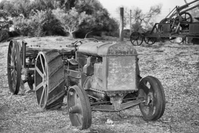 Poster Old arrugginito antico dettaglio trattore in bianco e nero