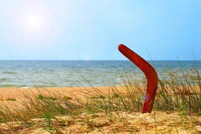 Poster Paesaggio con boomerang sulla spiaggia di sabbia ricoperta.
