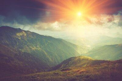 Poster paesaggio di montagna estate al sole. Sentiero tra le colline.
