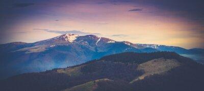 Poster paesaggio montano panoramico in primavera.