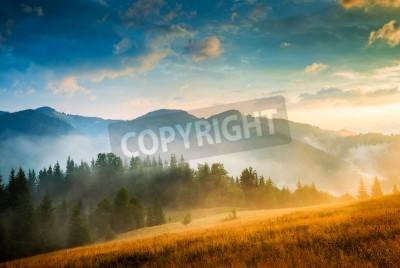 Poster paesaggio montano stupefacente con nebbia e un pagliaio