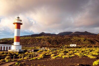Poster paesaggio vulcanico con faro vicino fabbrica sale Fuencaliente sull'isola di La Palma in Spagna